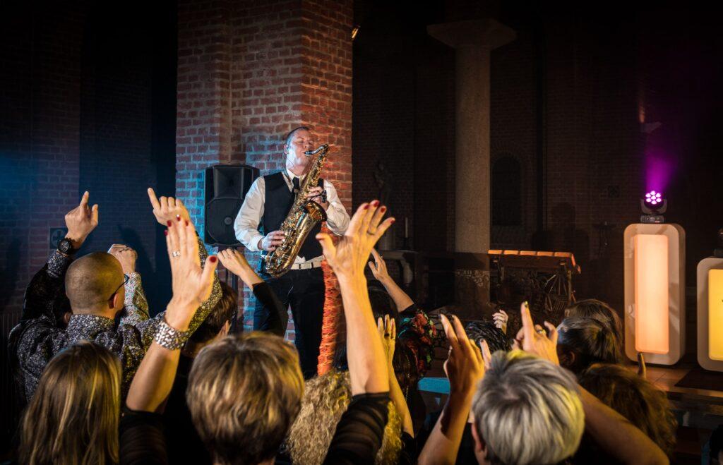 Bedrijfsfeest DJ met saxofonist